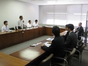 沖縄県庁での調査の様子