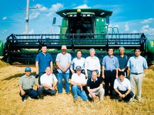 シカゴ郊外の穀物農家・エイベス農場の巨大コンバイン
